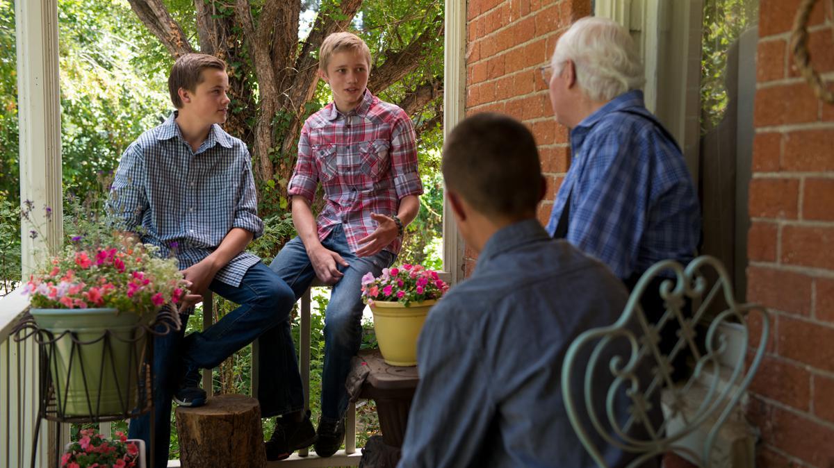 Noored külastamas vanainimest