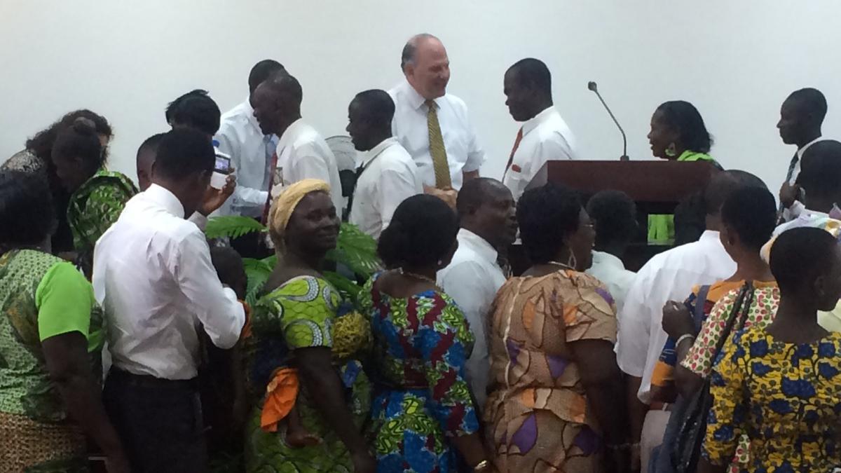 Elder Rasband témoigne aux fidèles en Afrique de l'Ouest