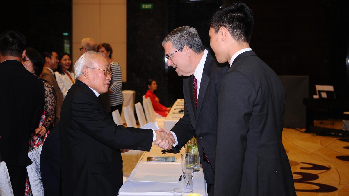 Chủ Tịch Giáo Vùng Châu Á, Anh Cả David F. Evans chào đón ông Dương Phú Oanh từ Ủy ban Đoàn kết Công Giáo Tp. Hà Nội.