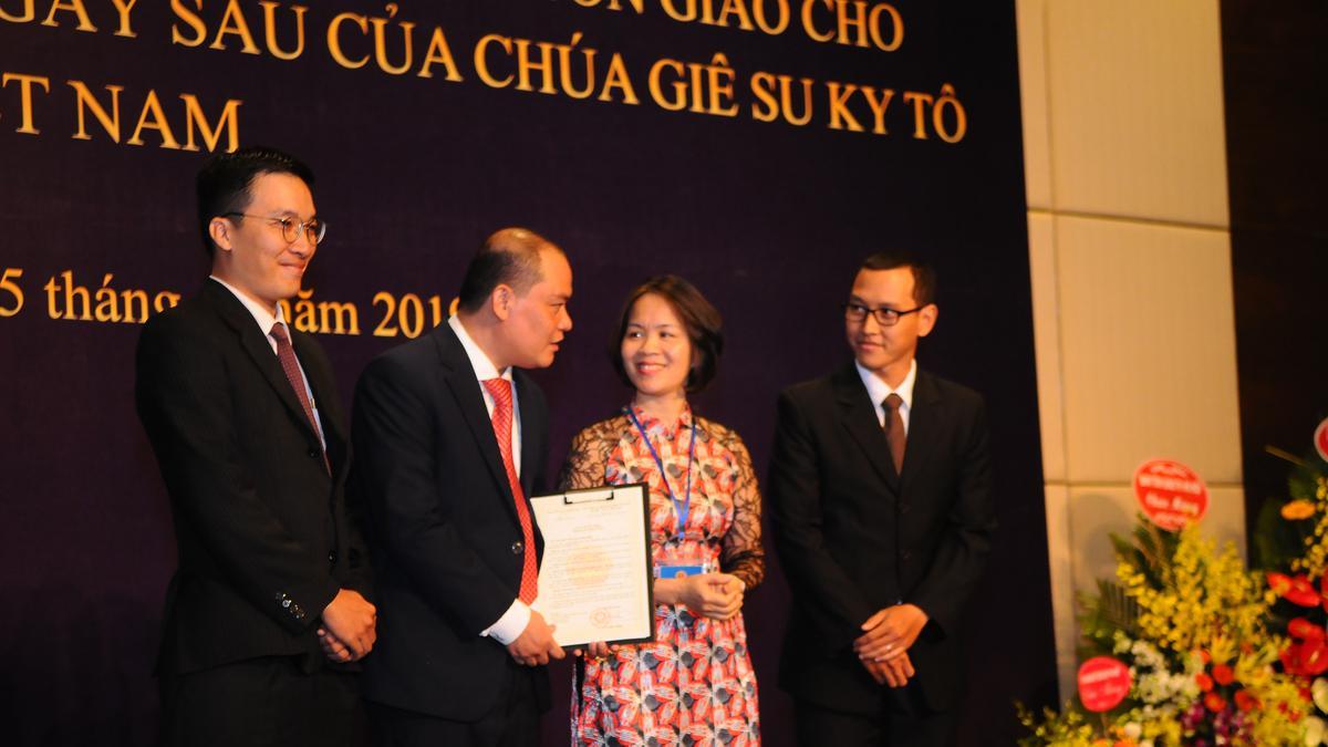 Bà Thiều Thị Hương, Vụ Trưởng Vụ Tin Lành, Ban Tôn Giáo Chính Phủ, trao giấy chứng nhận chính thức cho Giáo Hội.