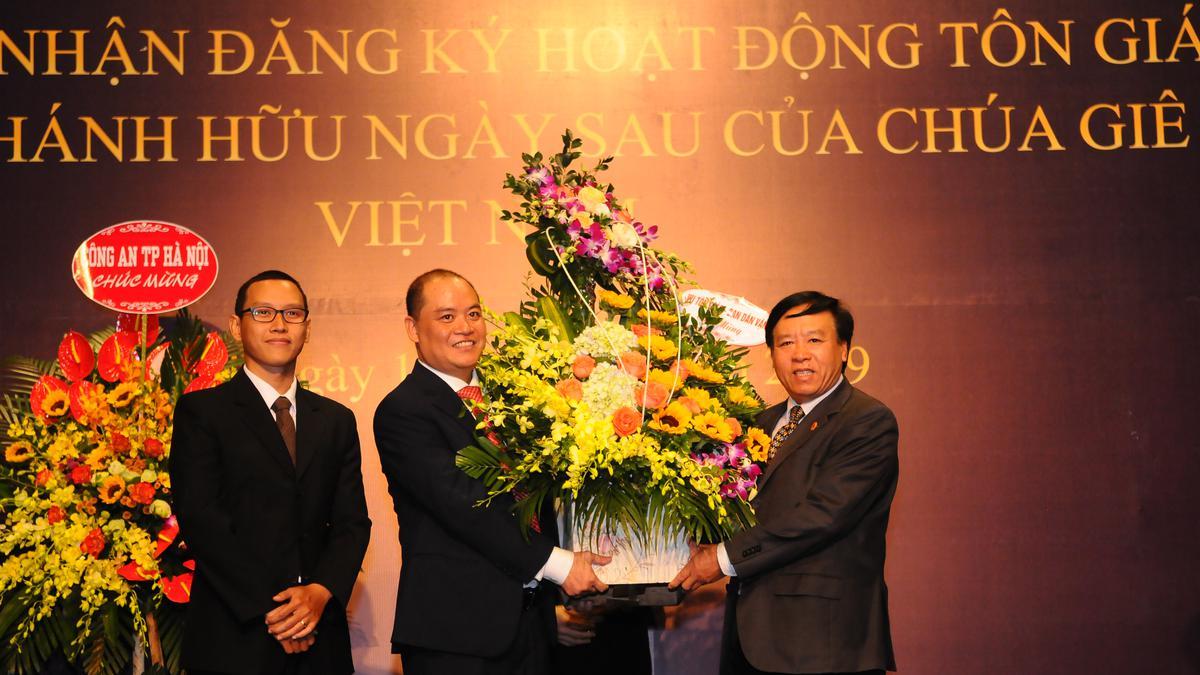 Ông Lê Đình Nghĩa, Vụ trưởng Vụ Tôn Giáo, Ban Dân vận Trung ương Đảng Cộng sản Việt Nam, tham dự cùng Ban Tôn Giáo Chính Phủ để chúc mừng Giáo Hội được công nhận.