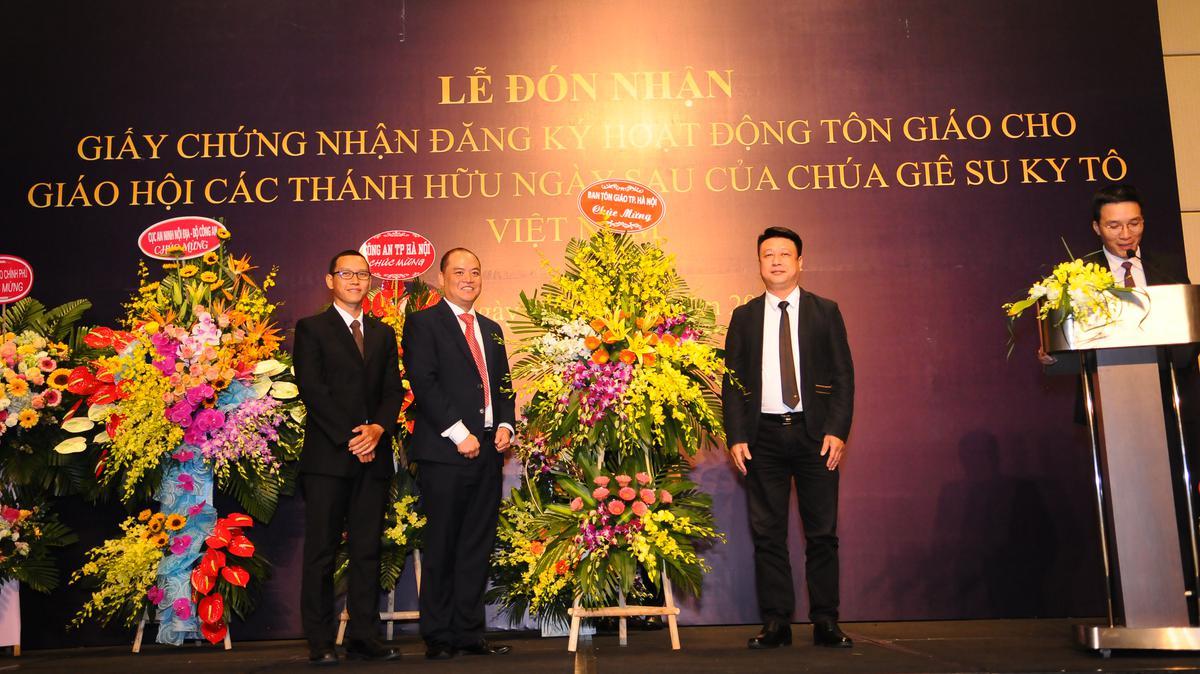 Ông Nguyễn Đức Tuấn, Phó Ban Tôn Giáo Hà Nội chúc mừng Giáo Hội đã được công nhận.