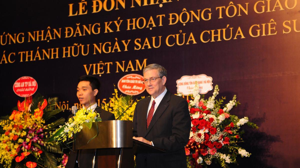 Chủ tịch Giáo Vùng Châu Á, Anh Cả David F. Evans, phát biểu kết thúc buổi lễ.