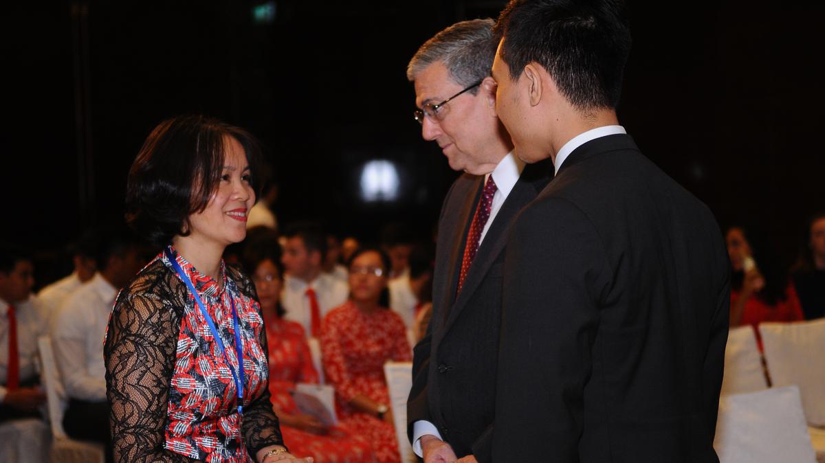 Chủ Tịch Giáo Vùng châu Á, Anh Cả David F. Evans và Bà Thiều Thị Hương từ Ban Tôn Giáo Chính Phủ chào hỏi trước khi buổi lễ diễn ra.