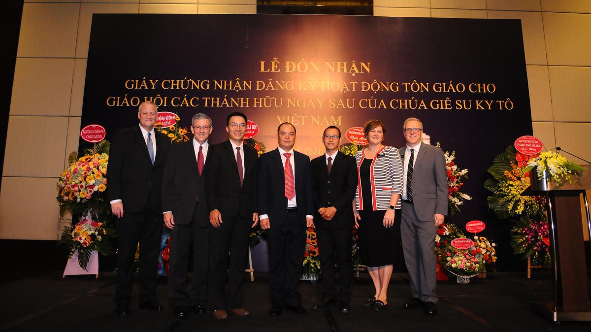 Anh Cả David F. Evans và Anh Cả David P. Homer cùng các vị lãnh đạo cấp cao của Giáo Hội tại Việt Nam trong sự kiện lịch sử này.