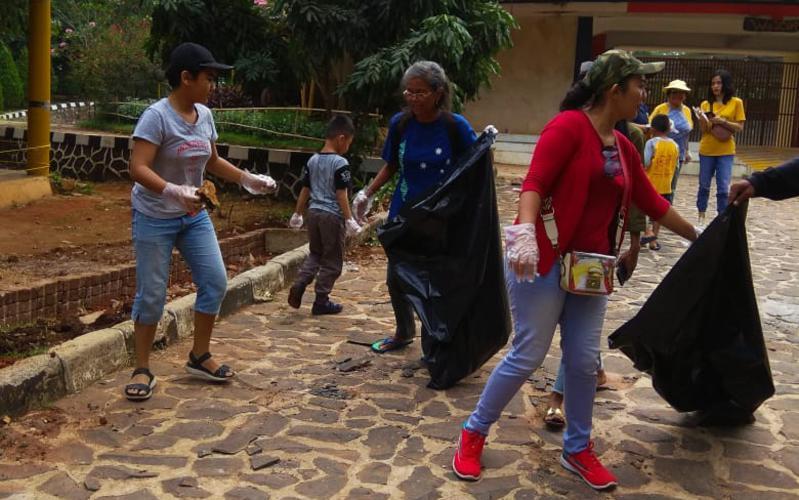 Anak-anak beserta orang tua dan pemimpin organisasi Pratama bekerja sama membersihkan beberapa area di dalam Kebun Binatang Ragunan, Jakarta.