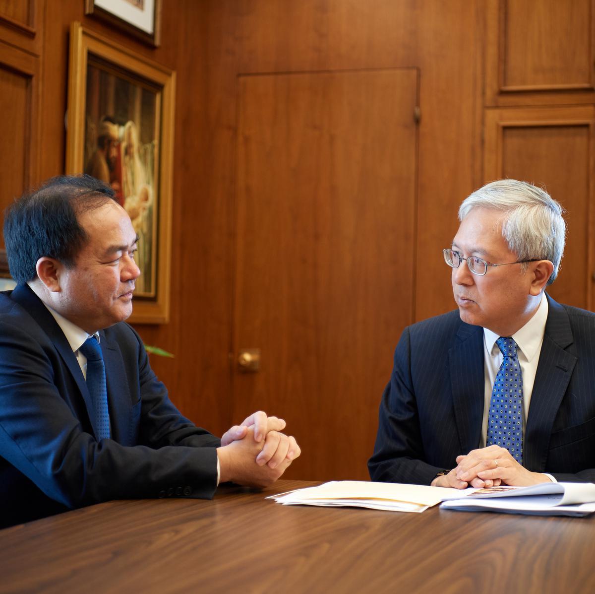 Ông Vũ Chiến Thắng, Trưởng Ban Tôn Giáo Chính Phủ Việt Nam, nói chuyện với Anh Cả Gerrit W. Gong thuộc Nhóm Túc Số Mười Hai Vị Sứ Đồ tại Tòa Nhà Hành Chính của Giáo Hội ngày 4 tháng Sáu năm 2019.