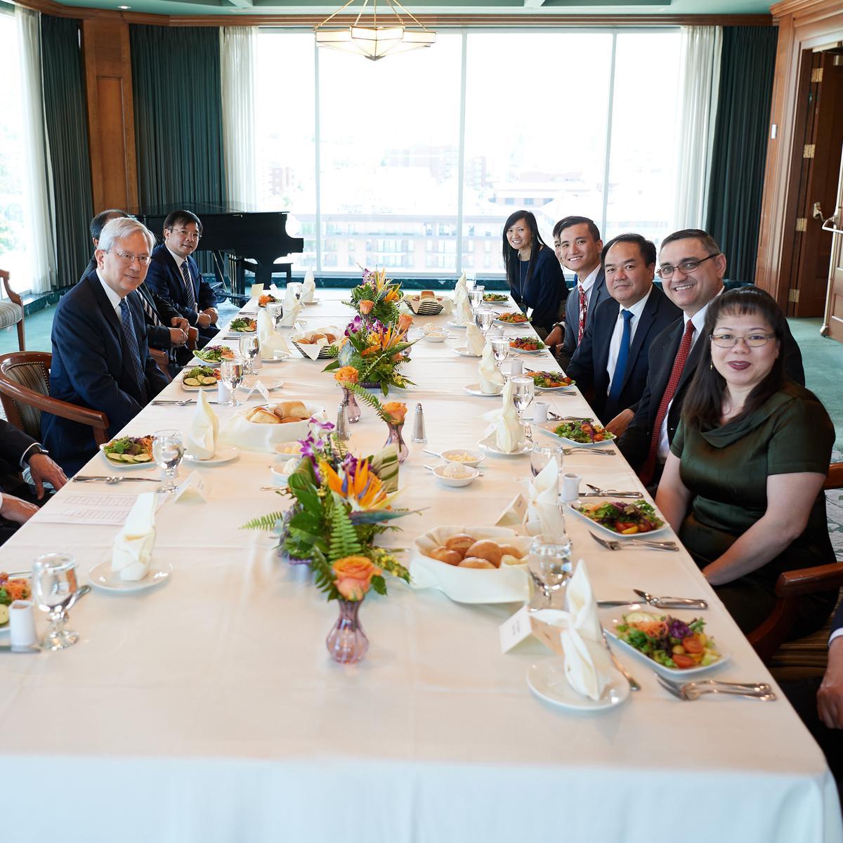 2019年6月4日,越南宗教事務委員會代表團在約瑟·斯密紀念大樓,與十二使徒定額組江文漢老共進午餐。