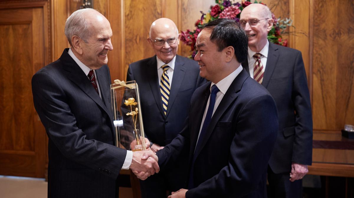 ประธานรัสเซลล์ เอ็ม. เนลสันรับของที่ระลึกจากนายหวูเจี๊ยนถัง ประธานคณะกรรมการศาสนาของเวียดนาม เมื่อวันที่ 4 มิถุนายน ค.ศ.2019