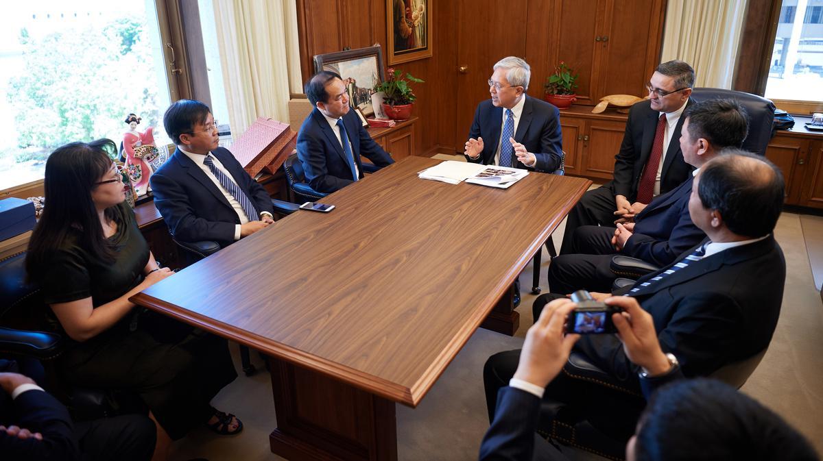 Anh Cả Gerrit W. Gong thuộc Nhóm Túc Số Mười Hai Vị Sứ Đồ (ngồi ở giữa) gặp gỡ với phái đoàn từ Ban Tôn Giáo Chính Phủ Việt Nam tại Tòa Nhà Hành Chính của Giáo Hội ngày 4 tháng Sáu năm 2019.