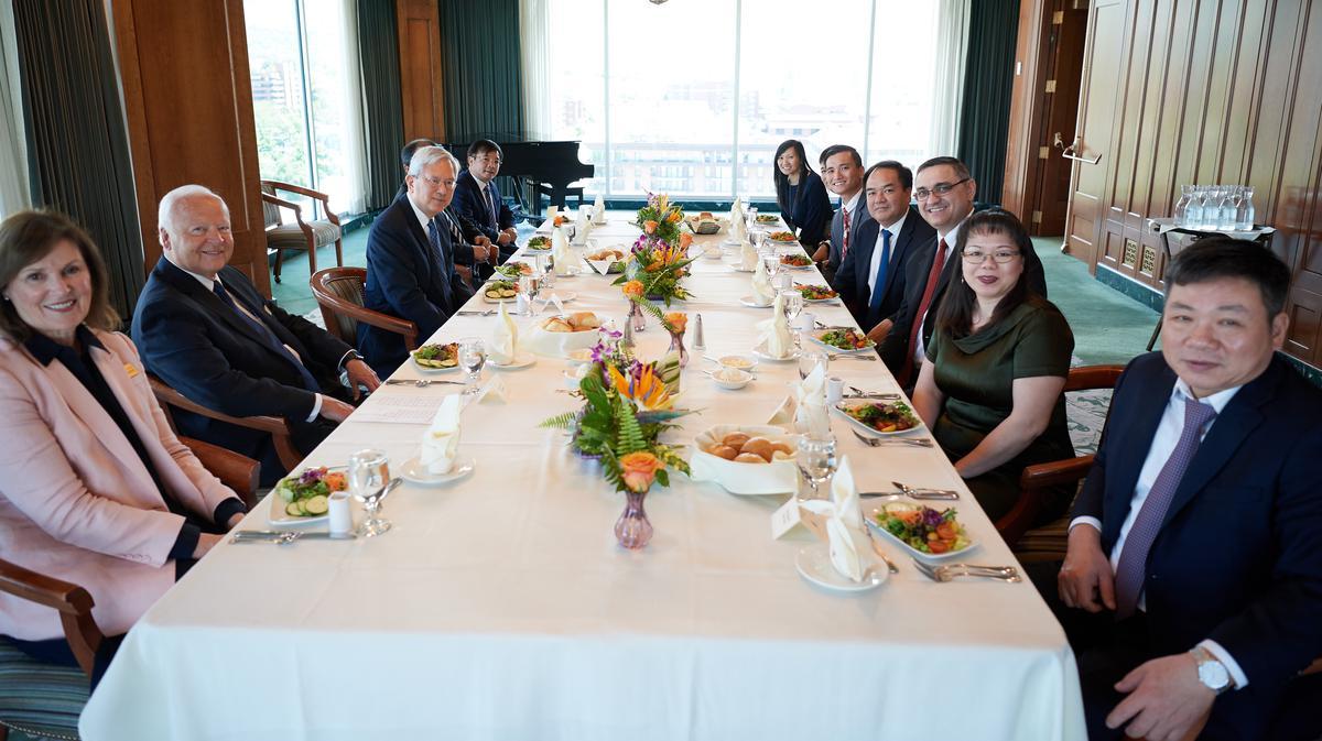 Phái đoàn từ Ban Tôn Giáo Chính Phủ Việt Nam dùng bữa trưa với Anh Cả Gerrit W. Gong thuộc Nhóm Túc Số Mười Hai Vị Sứ Đồ tại tòa nhà Joseph Smith Memorial Building ngày 4 tháng Sáu năm 2019.