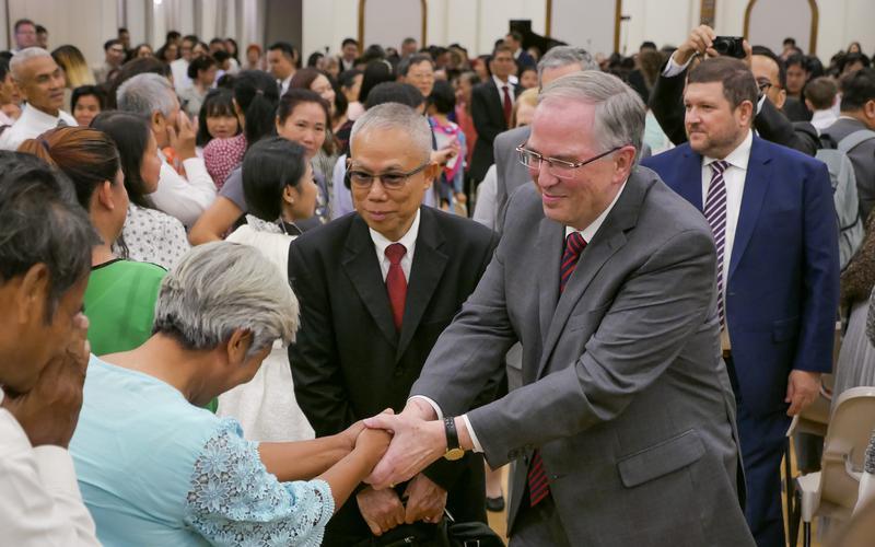 เอ็ลเดอร์นีล แอล. แอนเดอร์เซ็นเยือนสมาชิกศาสนจักรในประเทศไทย