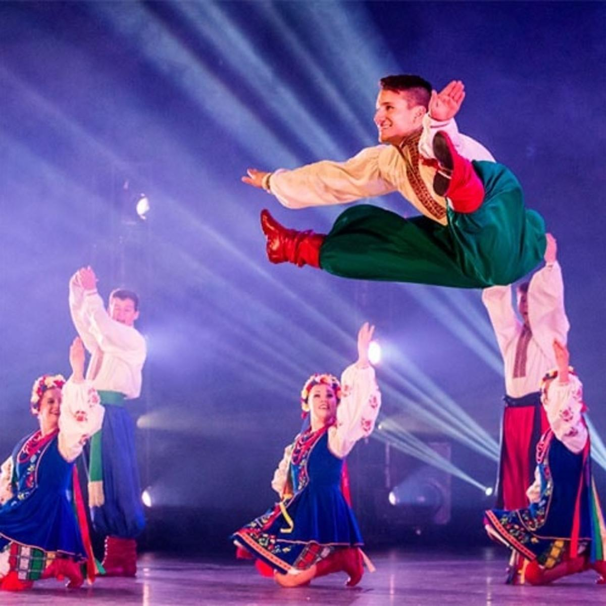 Đoàn Múa Dân Gian Quốc Tế: Biểu diễn các tiết mục múa và âm nhạc giàu bản sắc văn hóa trên toàn thế giới, đoàn múa này làm sân khấu ngập tràn màu sắc, nhịp điệu và lịch sử.