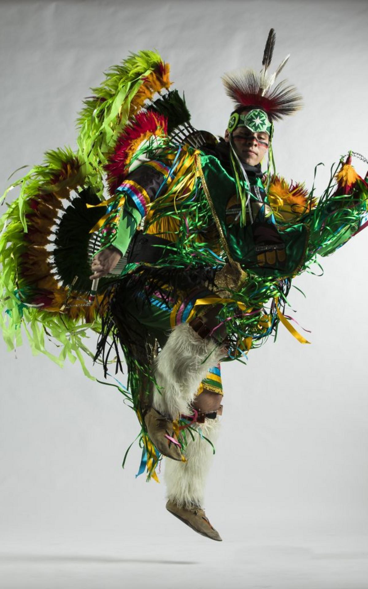 Nhóm Huyền Thoại Sống Living Legends: Trong các buổi biểu diễn khiêu vũ, âm nhạc và trang phục lấy cảm hứng từ các nền văn hóa, Nhóm Living Legends (Nhóm Huyền Thoại Sống) của BYU tôn vinh các di sản của người Mỹ La-tinh, người Da Đỏ và người Polynesian (từ các quần đảo ở Thái Bình Dương).