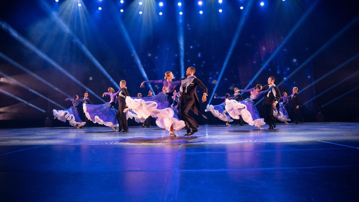 Đội Khiêu Vũ: Những vũ công trình bày vũ đạo hấp dẫn và sáng tạo, uyển chuyển và mượt mà từ điệu vanxơ (valse) lãng mạn sang giai điệu samba nhịp nhàng và những điều bất ngờ khác. Họ thể hiện một loạt các động tác khiêu vũ ngoạn mục, các điệu nhảy đơn và các màn đồng diễn.
