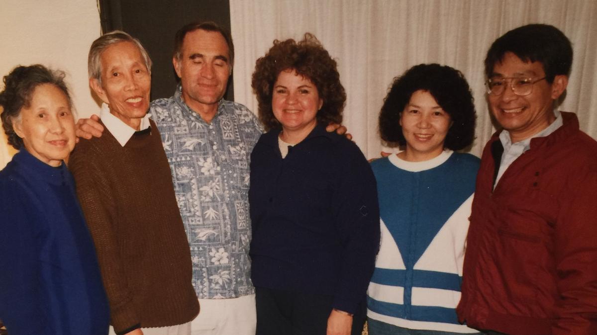 (左二)林存斌會長,台灣傳道部成立後的第一位區會會長; (左三)翟新倫會長,台灣傳道部成立後的第一位傳道部會長; (右一)賴建臣會長,第一位擔任分會會長的台灣本地成員。現為洛杉磯哈崗支聯會的祝福教長以及洛杉磯聖殿的印證者。