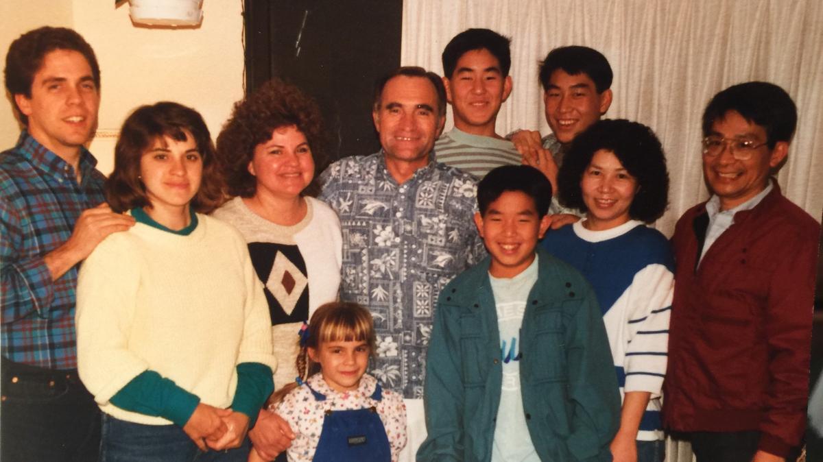 翟家庭和賴家庭在加州見面。翟會長後方高大的男孩是賴建臣弟兄的二兒子威兆,他的英文名字是Malan,和翟會長的名字一樣,為的就是紀念他給賴弟兄夫婦的忠告和幫助,包括建議他們前往教會夏威夷學院/楊百翰大學夏威夷分校就讀。