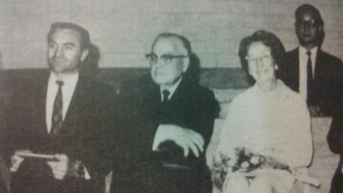 海樂·李會長(中)和妻子(右)於1971年拜訪台灣傳道部。翟會長和他們同站在講台上(左)。