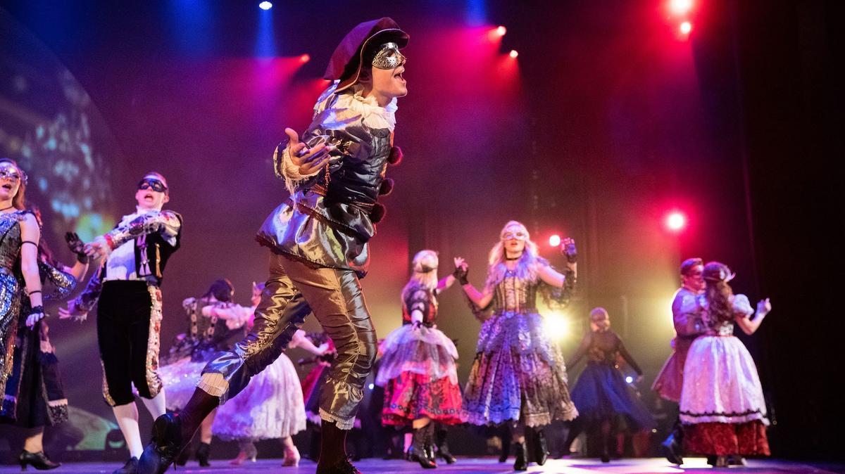 Nhóm Đại Sứ Trẻ Young Ambassadors: Với 20 ca sĩ, diễn viên, và vũ công giỏi nhất của BYU, nhóm Đại Sứ Trẻ Young Ambassadors biểu diễn các bài hát nhạc kịch Broadway cổ điển và âm nhạc thịnh thành ngày nay.