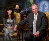 Anh Cả và Chị Andersen Khích Lệ Các Thánh Hữu Nói Tiếng Pháp Tin nơi Đấng Ky Tô