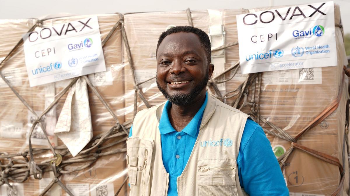 Chuyên Gia Sức Khỏe của UNICEF, bác sĩ Felix Osei-Sarpong, chụp hình nhân dịp tiếp nhận lô vắc-xin COVID-19 đầu tiên được phân phối bởi cơ chế COVAX Facility tại Sân Bay Quốc Tế Kotoka ở Accra, Ghana, vào ngày 24 tháng Hai, năm 2021.