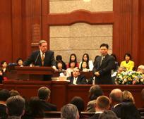 賀倫長老在灣仔會堂向香港聖徒講話