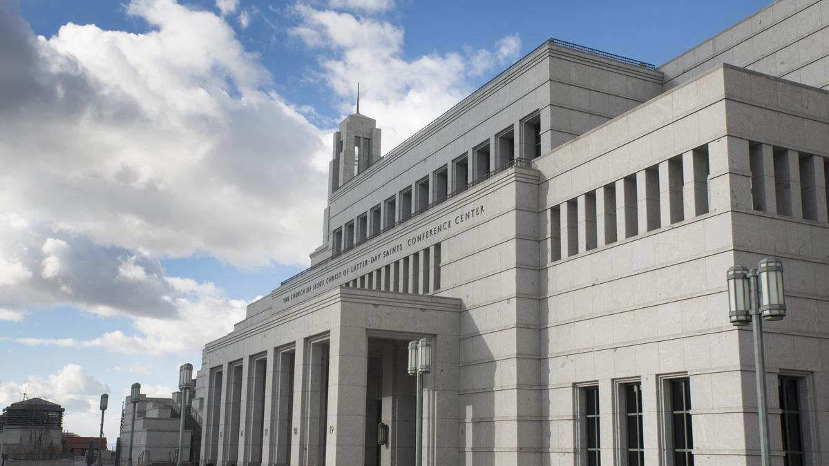 Centro de Conferências na histórica Praça do Templo em Salt Lake City, Utah, onde a conferência geral é realizada em abril e em outubro