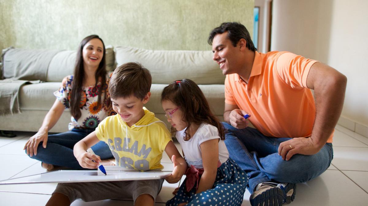 Familia passando tempo junto. Uma familia membros de A igreja de Jesus Cristo dos Santos dos últimos dias, conhecidos informalmente com mormons.