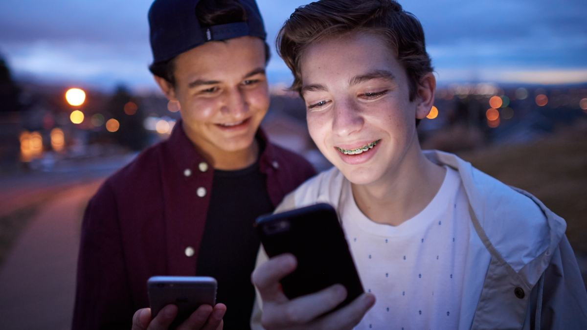 Adolescentes utilizam seus smartphones