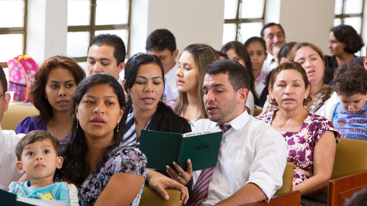 membros da igreja de Jesus Cristo e visitantes se reunem e participam da reunião sacramental
