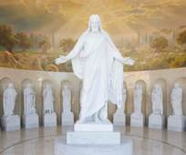Treze estátuas de mármore, representando Jesus Cristo e Seus Doze Apóstolos, embelezam o Centro de Visitantes do Templo de Roma de A Igreja de Jesus Cristo dos Santos dos Últimos Dias.