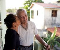 Casal santos dos últimos días, informalmente conhecidos como mormons. Relacionamentos familiares são fortalecidos pela devoção a Jesus Cristo.