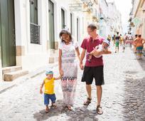 familia santos dos últimos dias (mormons), paseando pela rua em Brasil