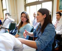 Mulher ensinando na escola dominical