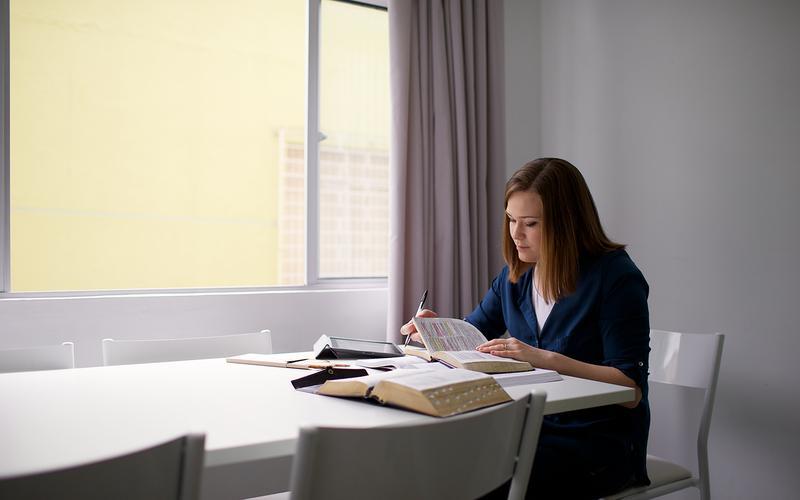 Membro de A Igreja de Jesus Cristo dos Santos dos Últimos Dias no Brasil, também conhecidos como mormons, estudando as escrituras (Bíblia, Livro de Mormon, Pérola de Grande Valor, Doutrina e Convênios)