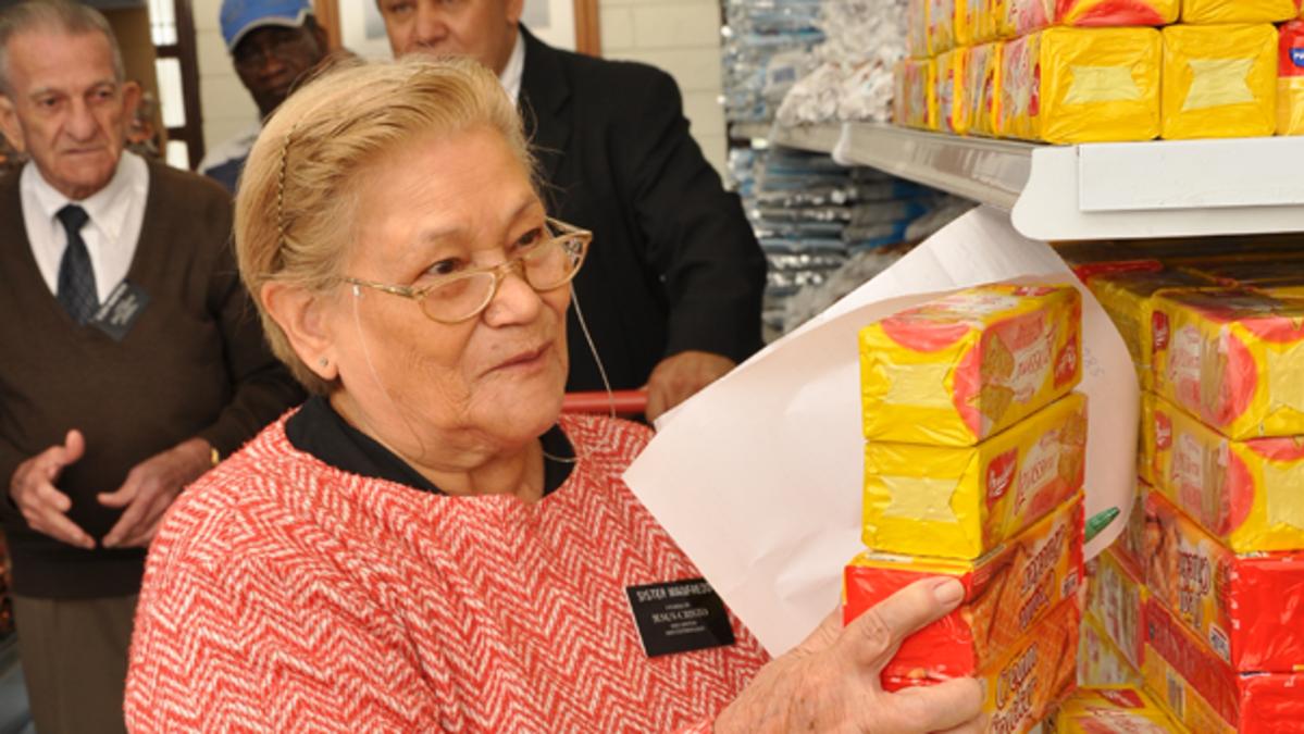 Mulher missionária sênior da Igreja de Jesus Cristo dos Santos dos Últimos Dias em serviço.