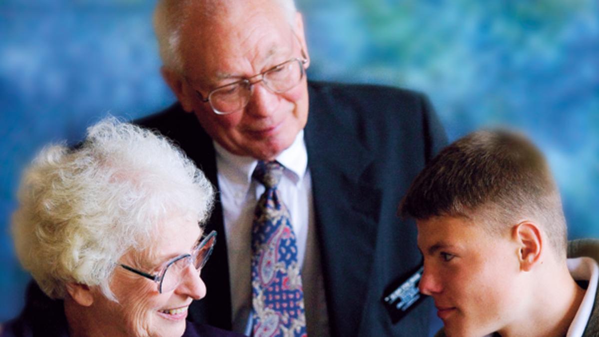 Missionários seniores ensinam jovens missionários.