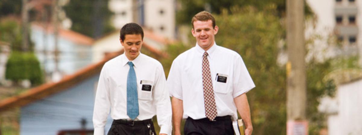 Jovens missionários da Igreja de Jesus Cristo dos Santos dos Últimos Dias caminhando