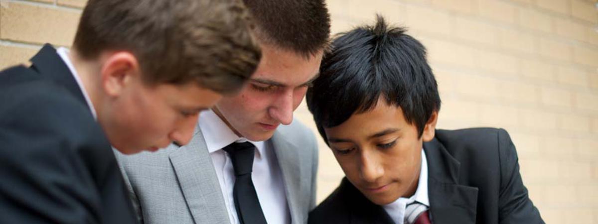 Jovens localizando uma capela.
