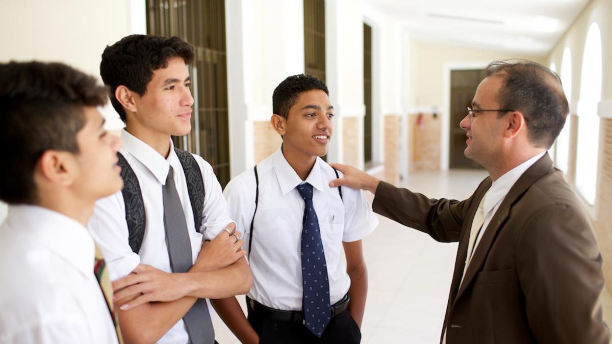 Jovens que aprendem sobre o sacerdócio de um líder