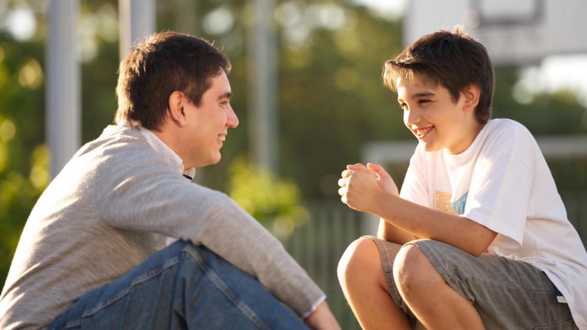 Pai conversando com seu filho sobre gentileza