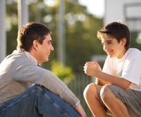 Um pai conversa com seu filho
