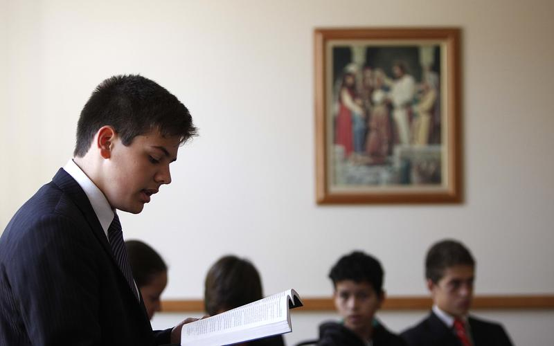 Membro da igreja lendo as escrituras.