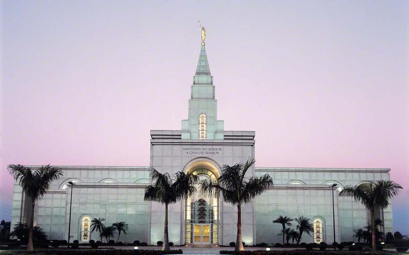 Templo no Brasil visto de fora.