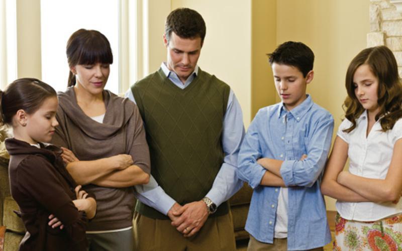Uma familia observa o dia do Senhor.