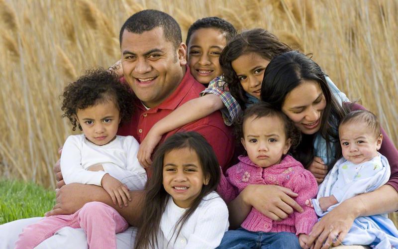 Uma família com muitas crianças pequenas.