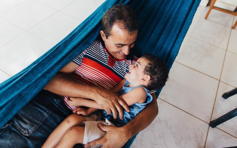 Um pai e um filho passam bons momentos juntos.
