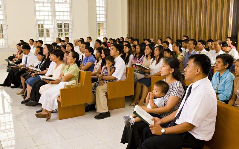 Pessoas que participam de uma reunião no Dia de Descanso.