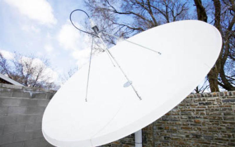 Tecnologia via satélite para se comunicar.