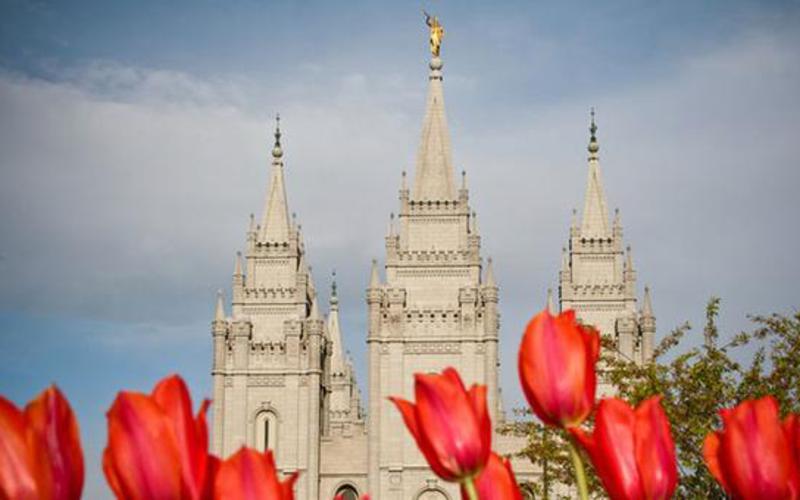 Templo no Salt Lake City, Utah visto de fora.